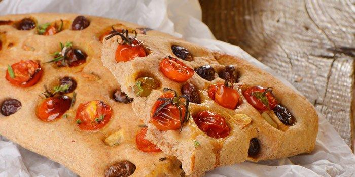 Focaccia con pomodori, olive e aglio