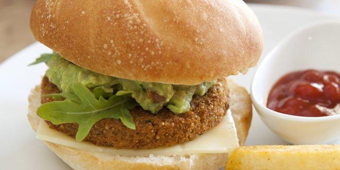 Panino con burger di quinoa e patate