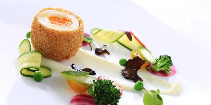 Uovo dorato con verdure su salsa yogurt